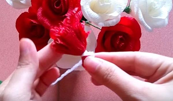 Cách làm hoa hồng giấy đáng yêu tặng bạn gái 16