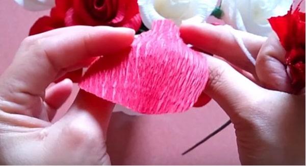 Cách làm hoa hồng giấy đáng yêu tặng bạn gái 17