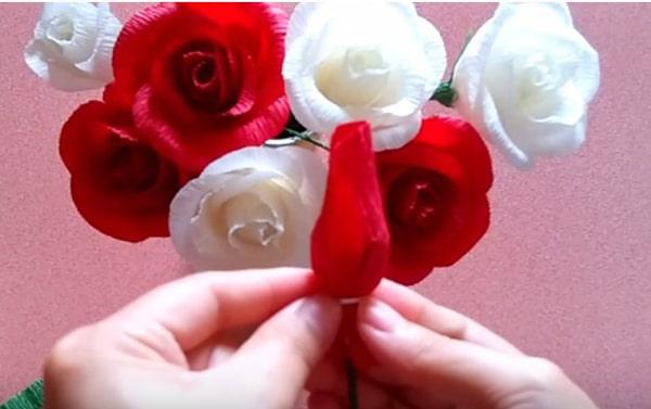 Cách làm hoa hồng giấy đáng yêu tặng bạn gái 18