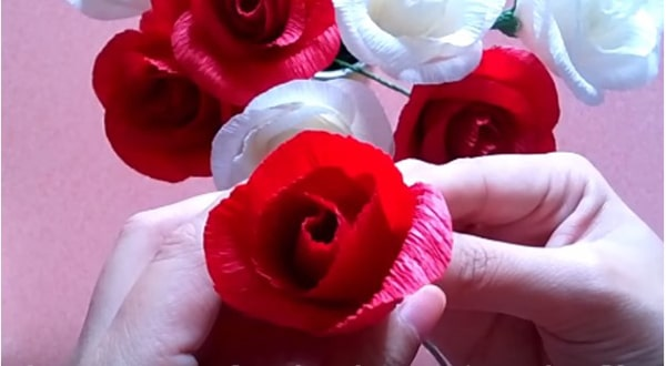 Cách làm hoa hồng giấy đáng yêu tặng bạn gái 21