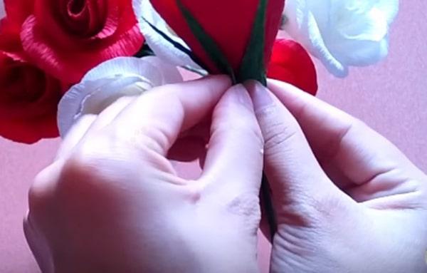 Cách làm hoa hồng giấy đáng yêu tặng bạn gái 24