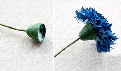 Dán gắn đài hoa vào kẽm làm cành hoa rồi dán hoa vào đài