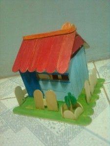 Dùng bút cọ để tô màu cho ngôi nhà