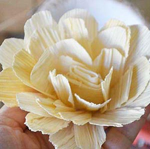 Tạo hình cơ bản của bông hoa từ vỏ ngô khô