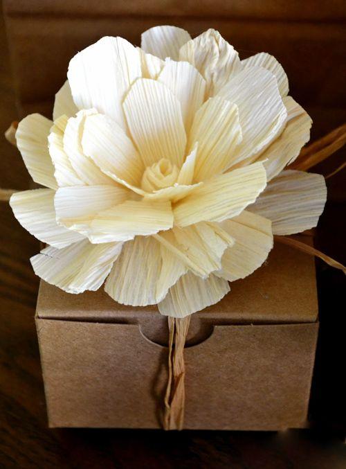Hộp quà trang trí bằng hoa làm từ vỏ ngô khô