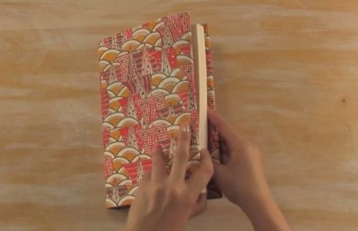 Cách bọc quà hình cuốn sách 2