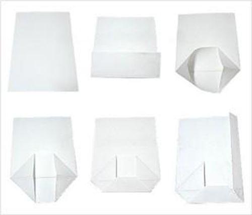 Gấp tờ giấy gói quà thành hình dáng ban đầu chiếc túi đựng quà