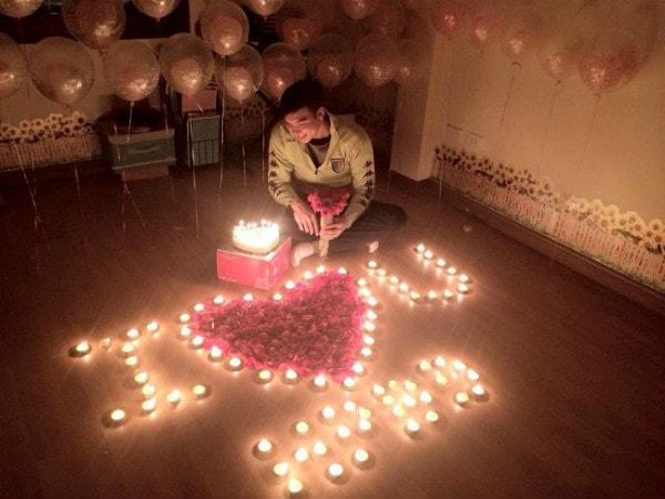 """Tặng hoa dưới ánh nến sẽ làm những cô nàng lãng mạn """"xiêu lòng"""""""