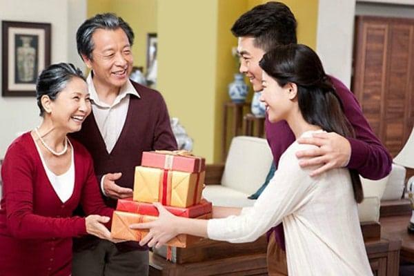 Thái độ chân thành khi tặng quà là yếu tố quan trọng nhất trong việc tặng quà