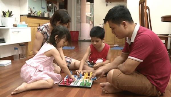 Bố mẹ và con có thể cùng nhau chơi các trò chơi trong thời gian rảnh mỗi tối