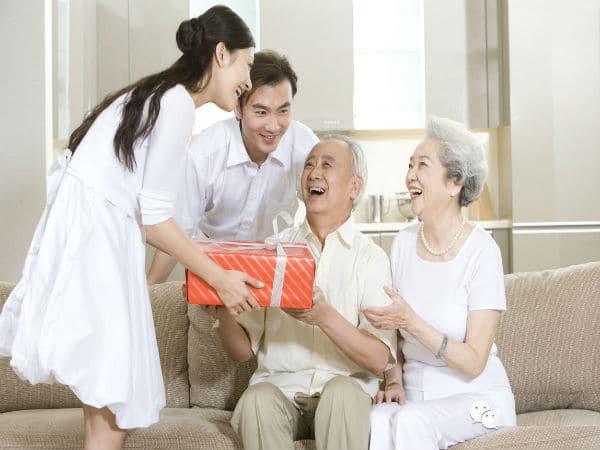 5 món quà nên tặng bố mẹ chồng dịp Tết năm đầu tiên về làm dâu?