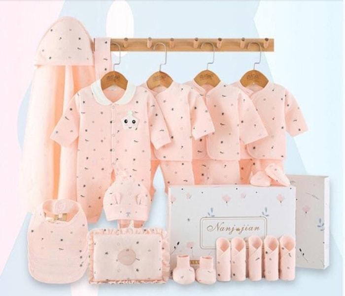 Tặng quần áo cho trẻ sơ sinh